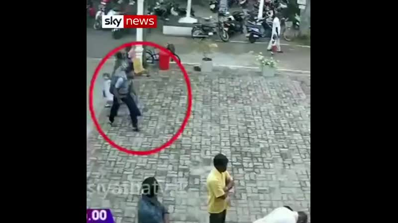 Издание Sky News опубликовало видеозаписи с камер видеонаблюдения на которых запечатлены перемещения предполагаемого террориста