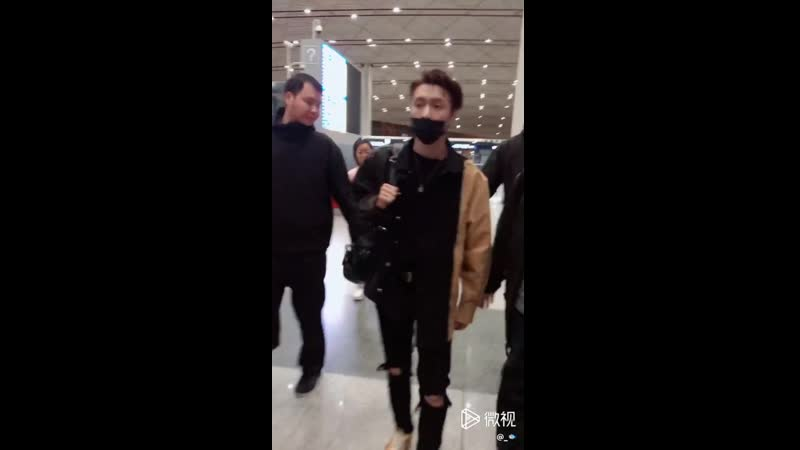190428 ZHANG YIXING 张艺兴 — PEK Airport_fancam cr. 原来是八爪啊
