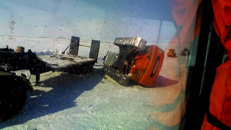 Зимник.Экскаватор упал с трала.
