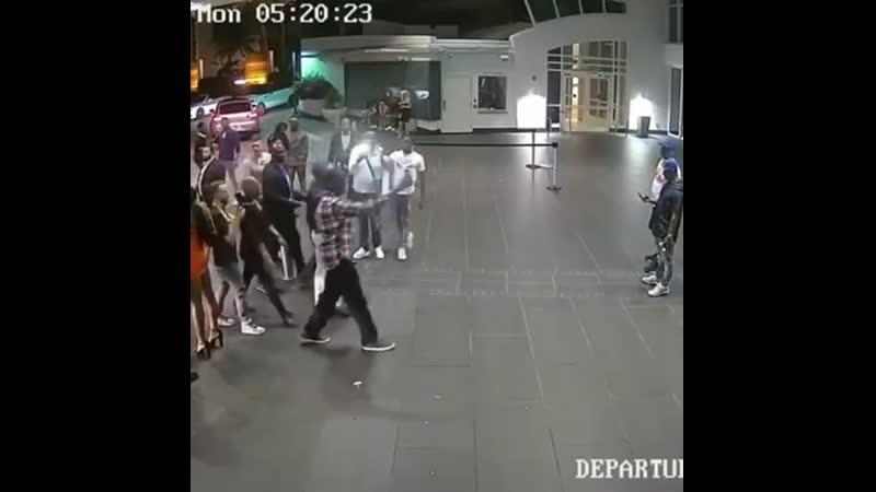 Кадры с камеры видеонаблюдения из Майами где Конор МакГрегор разбил телефон фаната