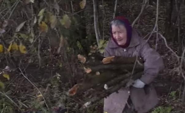 Бабушке, собиравшей в лесу дрова, собрали в сети деньги и купили квартиру. 71-летняя жительница Вологодской области Валентина Вячеславова, вместе с дочерью и внуком проживавшая в ветхом доме,