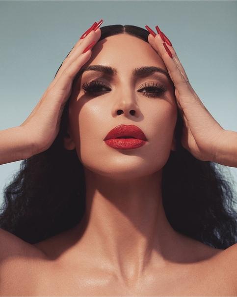 Ким Кардашьян «польщена» тем, что фанаты делают пластику в попытках стать похожей на нее Миллионы женщин по всему миру восхищаются фигурой и внешностью Ким Кардашьян, а ведь когда-то она и сама