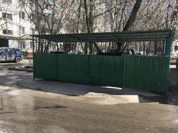 Контейнерную площадку привели в порядок во дворе на Петрозаводской