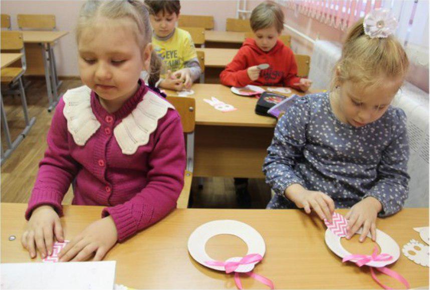 Пасхальные венки научили мастерить в клубе «Огонек» на Зеленоградской