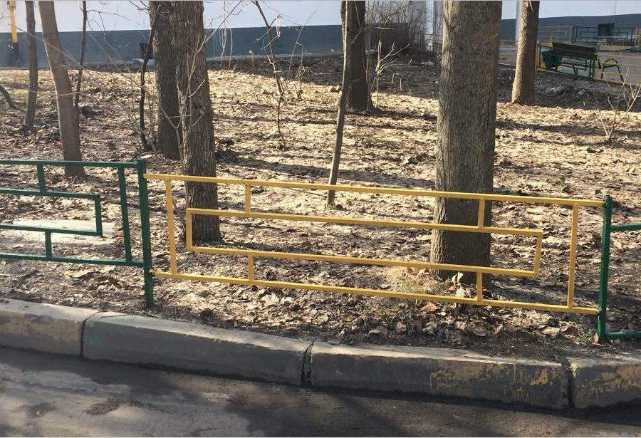 Ограждение газона отремонтировали во дворе на Петрозаводской