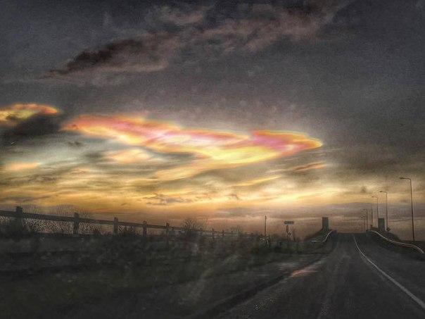 Удивительные перламутровые облака в небе над Великобританией