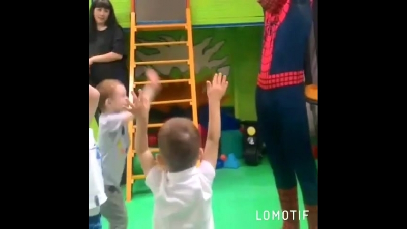 Человек-паук в игровой.