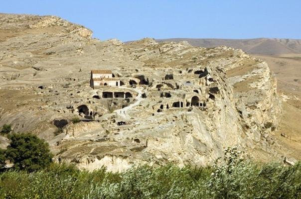 Уплисцихе. Грузия Древний пещерный город Уплисцихе находится в 10 километрах от Гори и высечен в скалах на берегу реки Куры. Уплисцихе - один из самых первых городов на территории современной
