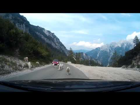 Красивая дорога через Альпы к Русской часовне Словения