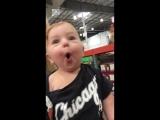 Малыш впервые в супермаркете