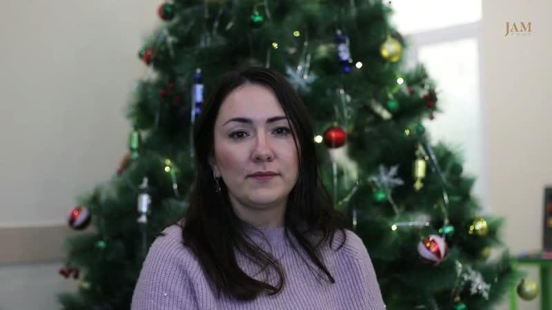 Истории о непредсказуемых детях и нелегкой жизни аниматоров в видео JAMnews. Рассказывают Дед Мороз и Снегурочка из Баку