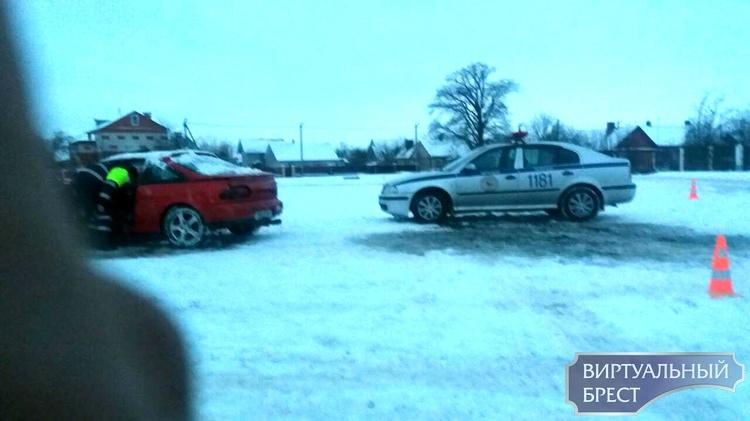 В Кобрине автомобиль заехал в речку. Достали