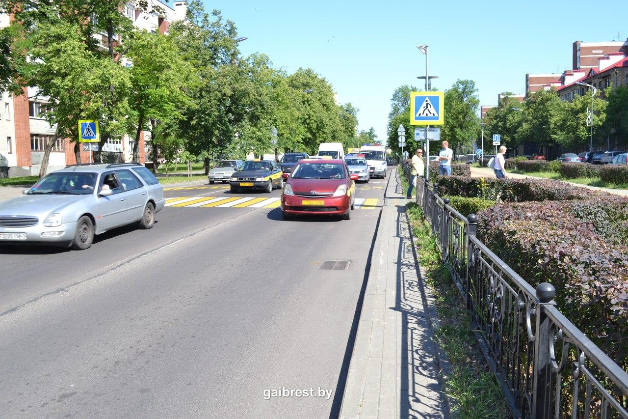 Автомобиль такси сбил женщину на переходе бульвара Космонавтов