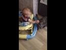 Мой брат играет с кошкой