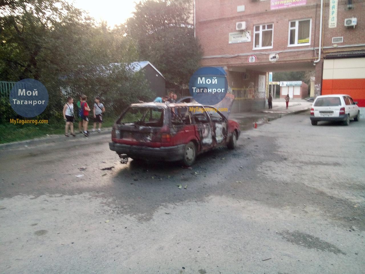 В Таганроге на Русском поле во время движения загорелся Volkswagen