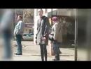 Девушка на остановке в ожидании автобуса👍👍👍