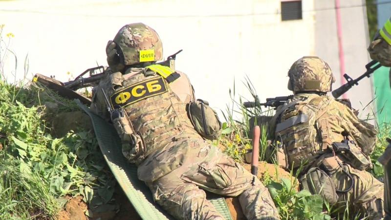Спецназ Альфа ФСБ готовится к штурму дома с боевиками в республике Дагестане Подготовка к штурму