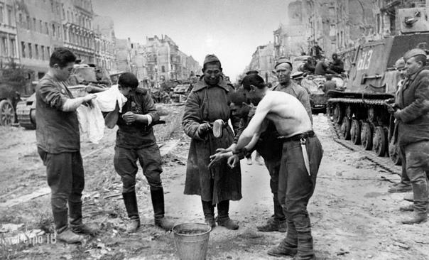 Солдаты РККА и союзники в Берлине. Май 1945 года..
