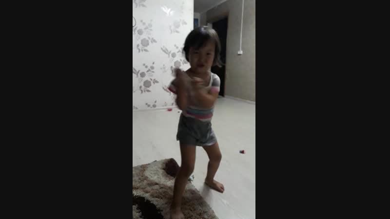 Зоя так танцует