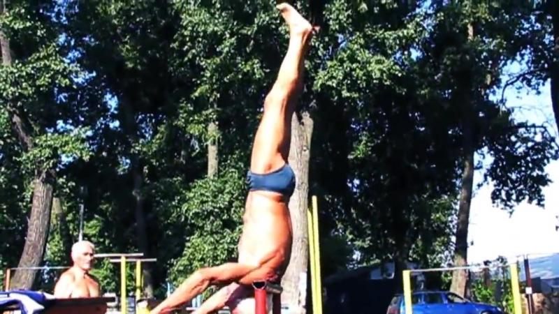 Дед-атлет отжигает на площадке(71 years Оld man ghetto workout training)..mp4