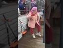 Бабуля - огонь - Бабушка круто танцует на концерте.