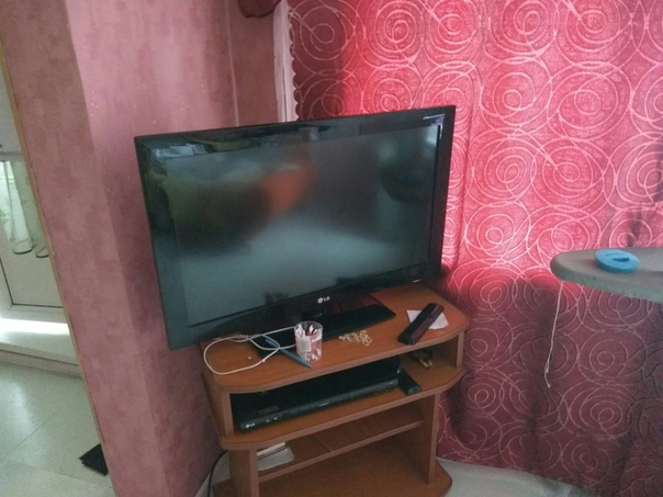 Два телевизора, диван, комод, стойку под обувь