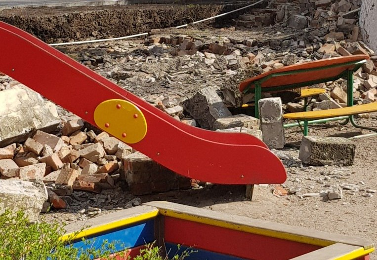 В Калининграде после обрушения забора закрыли детский сад №71