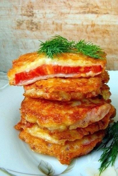 помидоры в кляре такие помидоры будут великолепной закуской к приходу неожиданных гостей. делаются они быстро, а главное, получается очень вкусно! ингредиенты: помидоры — 3 шт. сыра — 150 г яйца — 2 шт. сметана — 2 ст. л. мука — 2 ст. л. соль — по