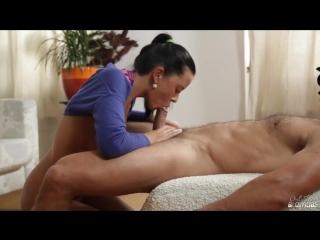 Шикарная брюнетка отсасывает парню порно красивое камшот cumshot кончил на лицо