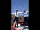 Греческий танец сиртаки в исполнении хозяина экскурсионного бюро Спиридоном и экскурсоводом Дианой