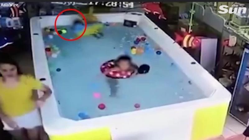 Гаджетозависимая мать не заметила, как в метре от неё утонула годовалая дочь - В...