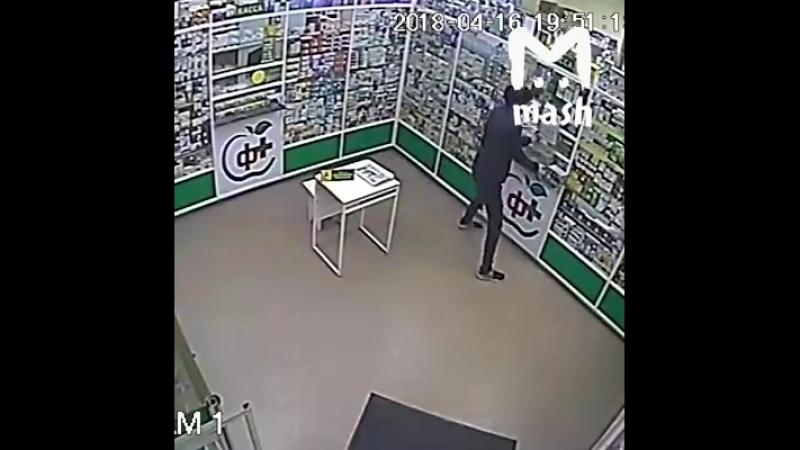 В Ростове ищут грабителя, который унес из аптеки ящик с пожертвованиями. В коробке были деньги, которые собирались на лечение тя