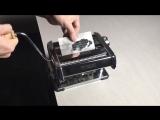Парень с помощью лапшерезки дважды копирует распечатанный снимок собаки