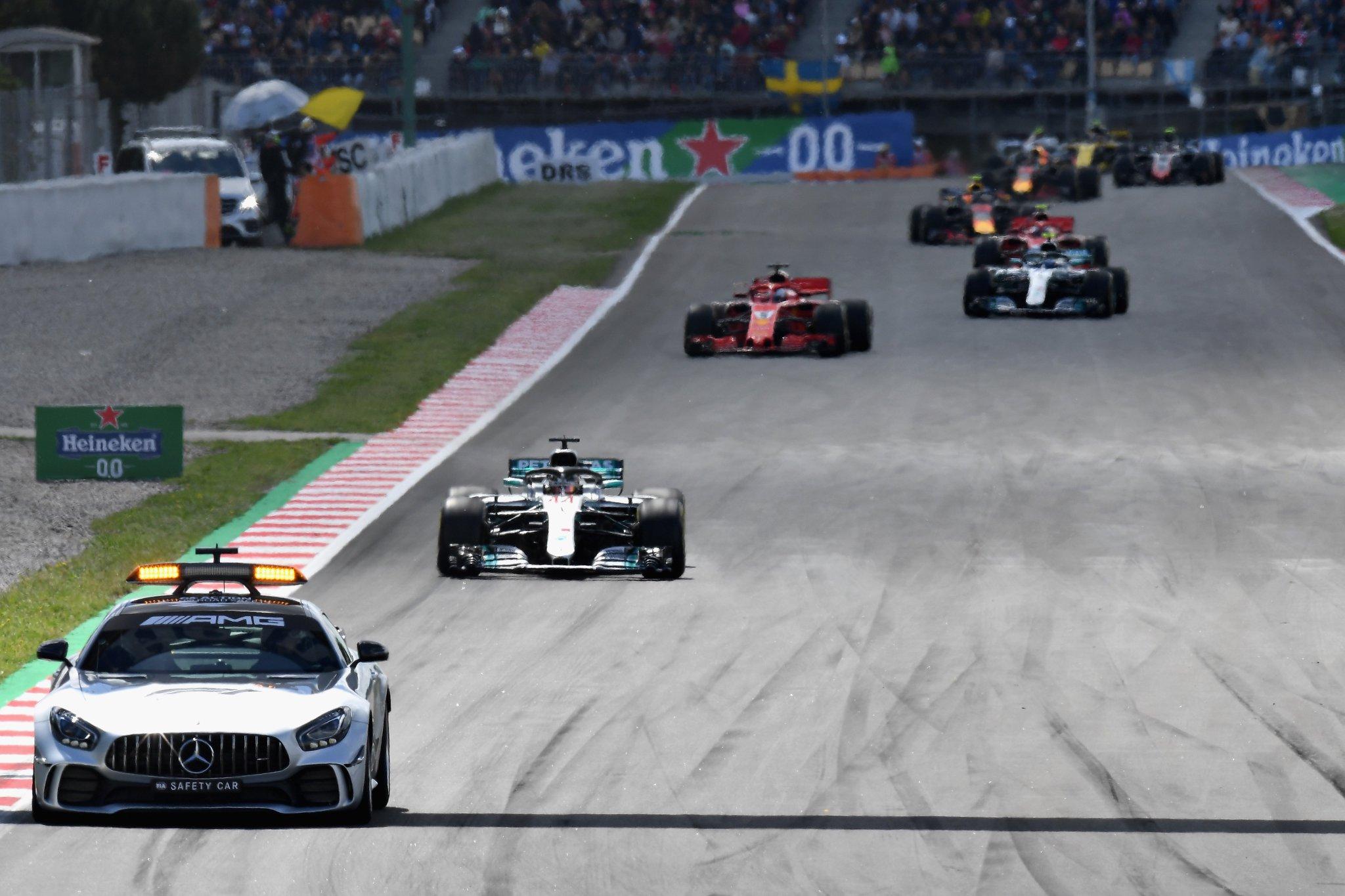 Машина безопасности во главе пелетона Ф1 на гран-при Испании 2018 года
