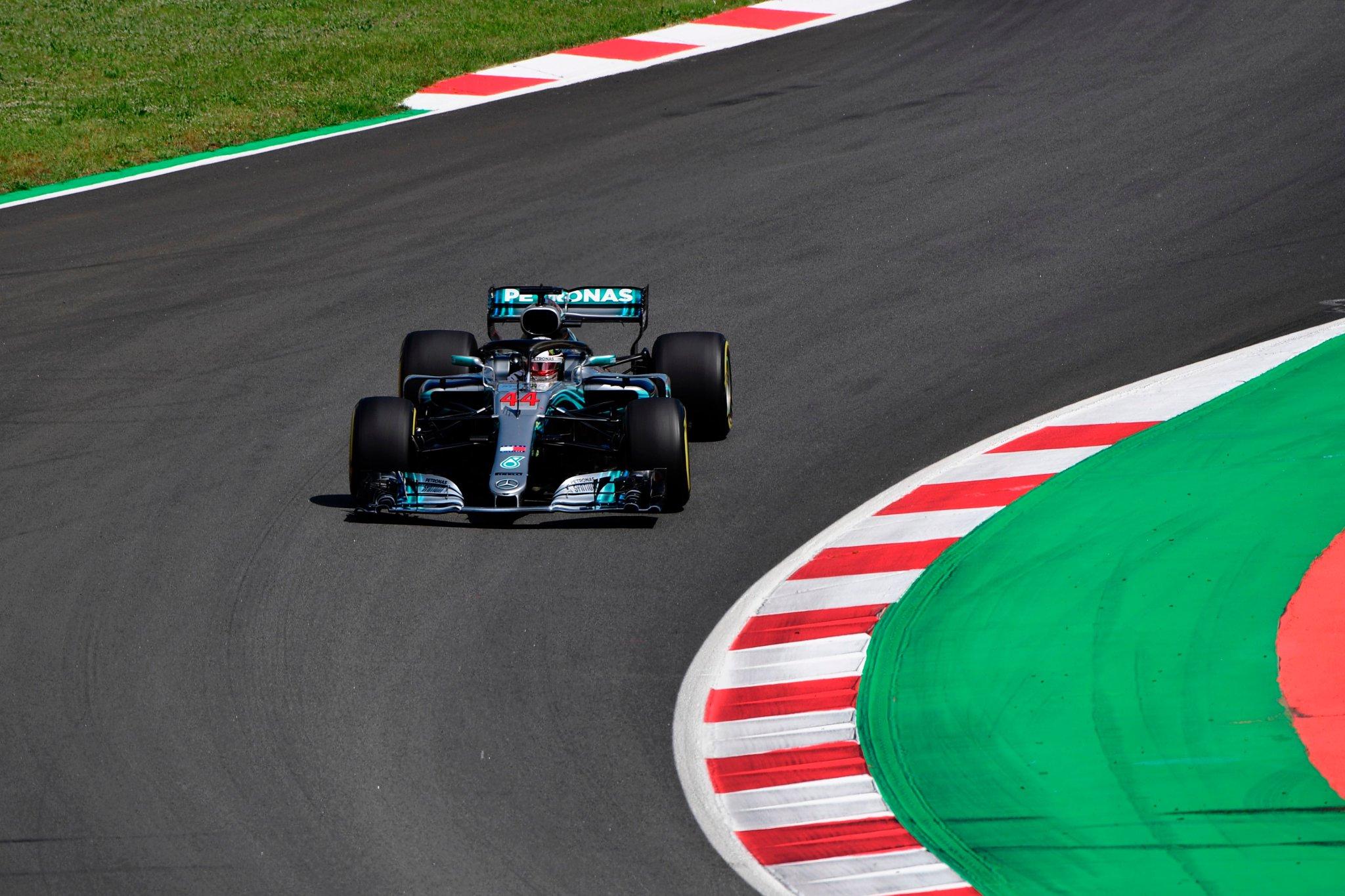 Льюис Хэмилтон за рулём болида Mercedes в Испании