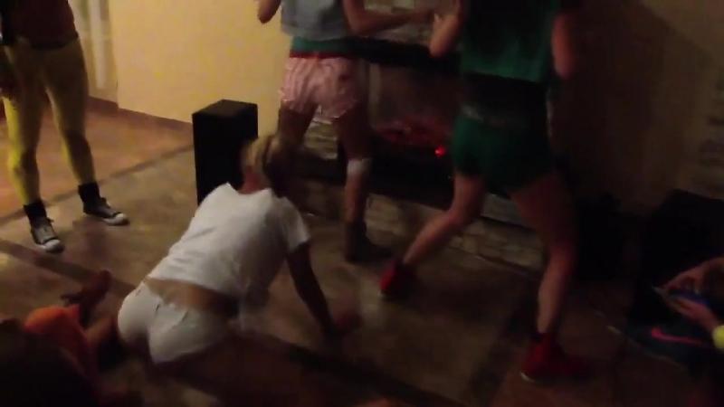Девчонки танцуют тверк на вписке (720p).mp4