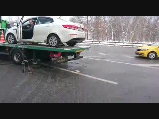 В Москве водитель уехал на авто прямо с эвакуатора