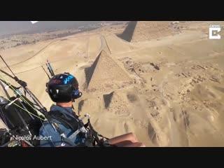 Испанский парамотопланерист запечатлел египетские пирамиды с высоты птичьего пол