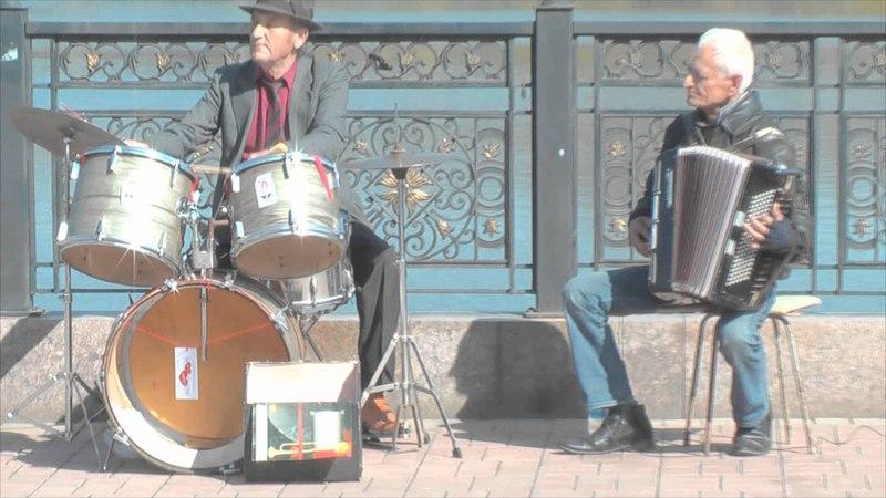 Предпраздничный Донецк Парни отжигают Уличные музыканты