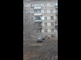 В Челябинске очевидцы сняли видео, как девочка ходит по карнизу 5 этажа