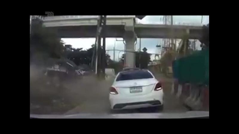 Металлическая труба рухнула на Мерседес Капот всмятку пассажиры в шоке Повезло что все живы