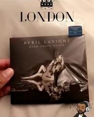 """Avril Guadalajara Oficial on Instagram: """"@makopapo mostró a @vidadefanavril la exclusiva de como luce el álbum por dentro, él es el primer fan en m..."""