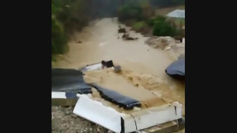 В Сочи после сильного ливня вновь рухнул мост