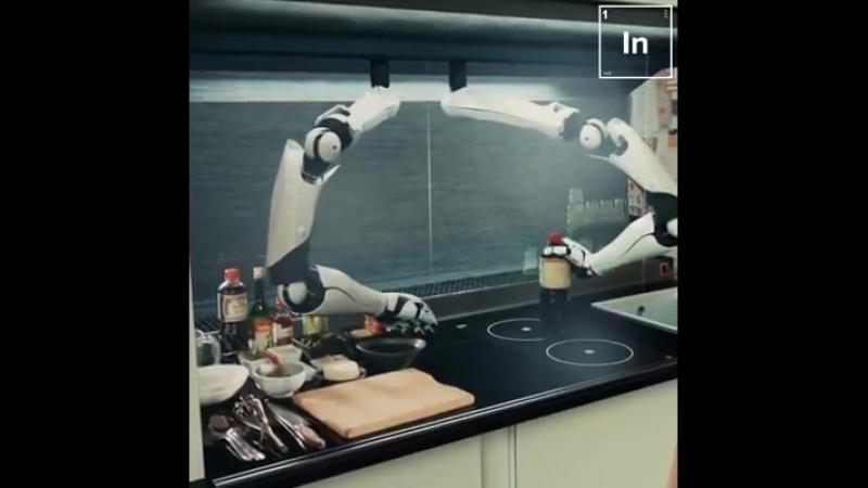 Робот готовит кушать!
