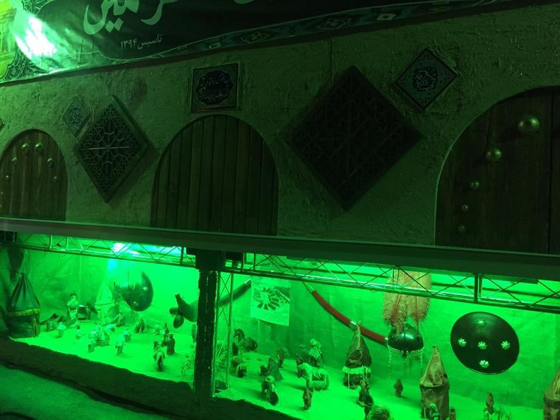 Остров Киш и Тегеран. Выставка оружия возле мечети на улице