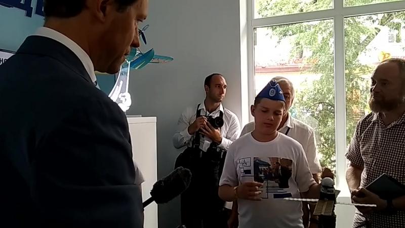 Юный авиаконструктор Максим Кожевников делится своими идеями с министром промышленности и торговли РФ Денисом Мантуровым