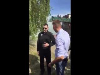 Олег Навальный сразу после выхода из колонии: «Я должен что-то заявить? АУЕ! Жизнь ворам!»