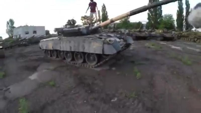 «И диверсантов не надо!»: Подростки без проблем проникли на базу с бронетехникой ВСУ и обещают «стрельнуть из танков»