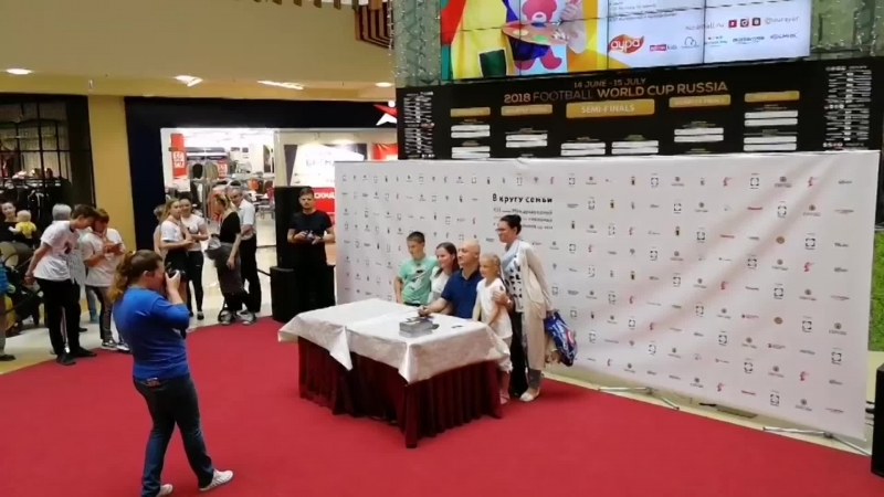автограф-сессия с известным актером Гошей Куценко
