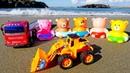Os brinquedos vão nadar. Brincando na areia.